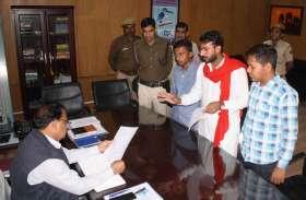 कॉलेज को सरकारीकरण की मांग एसएफआई कार्यकर्ताओं ने सौंपा ज्ञापन