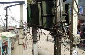 क्षतिग्रस्त खंभे व खुले लटक रहे बिजली के तार हादसों को दे रहे आमंत्रण