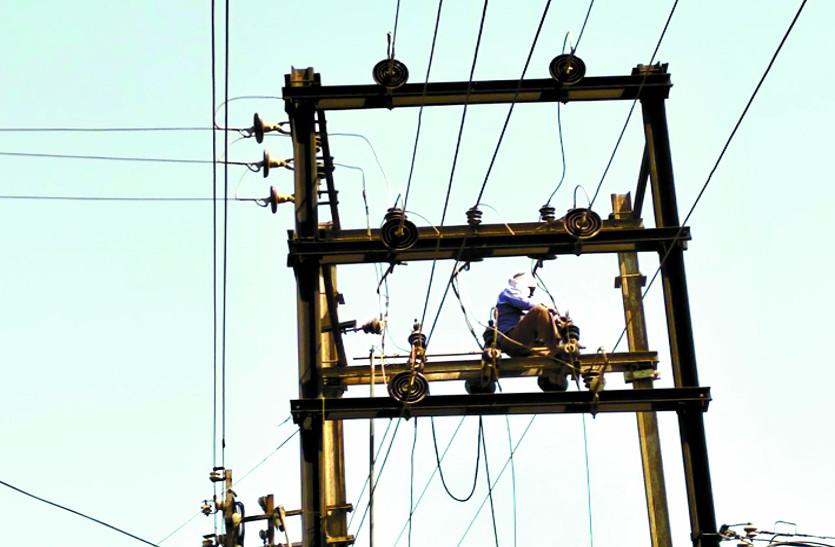 बिना सुरक्षा साधनों के हो रहा बिजली मेंटेंनेंस कार्य