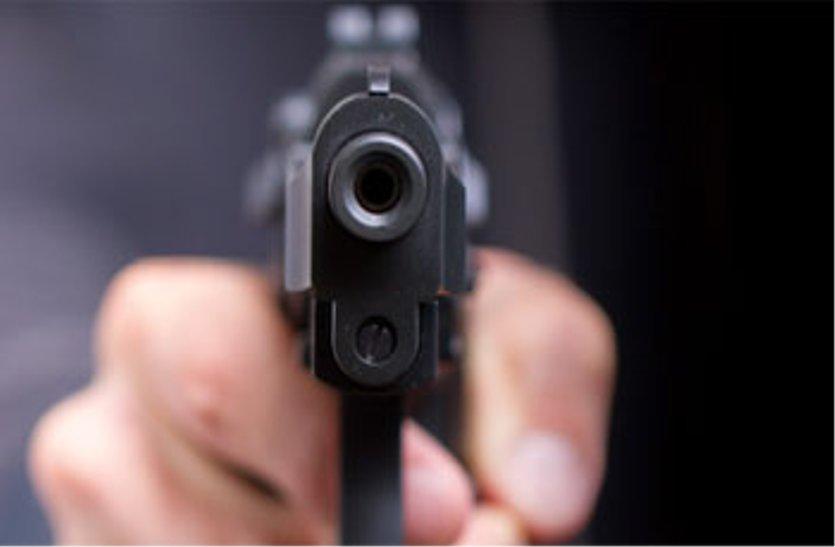 आपसी विवाद में गोली मारी