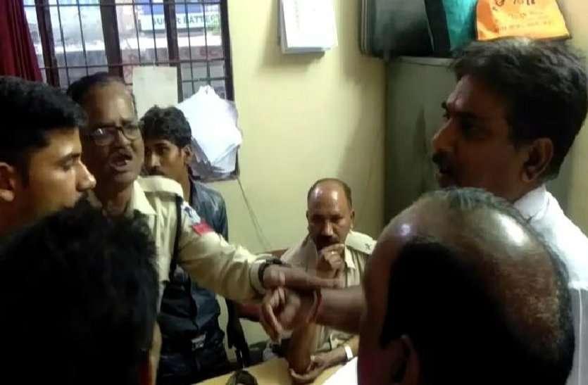सफाई कर्मचारी अपने आप को बताया पुलिस कर्मी और फिर दिया इस कारनामे को अंजाम, देखें वीडियो