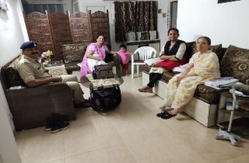 72 वर्षीय बुजुर्ग महिला के घर पहुंची एसएसपी, पूछा कोई परेशान तो नहीं करता