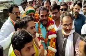 ददुआ के भाई बाल कुमार पटेल ने कांग्रेस का थामा दामन, छोड़ा अखिलेश का साथ