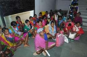 कलेक्टर कार्यालय पहुंच बैगा महिलाओं ने राशि दिलाने लगाई गुहार