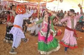 गेर नृत्य संग हास्य कलाकारों ने मन मोहा