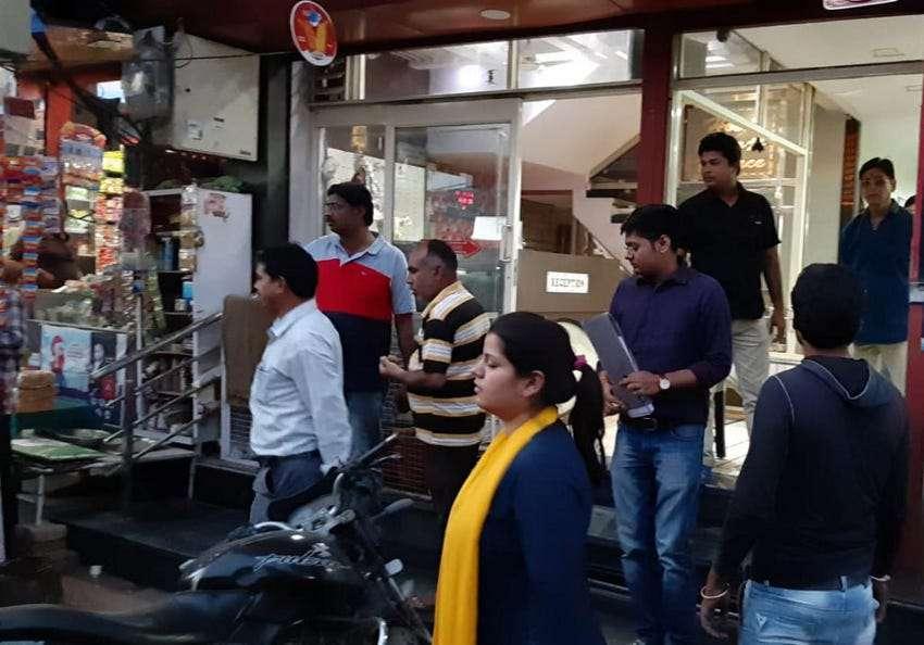 होटल, रेस्टोरेंट व दुकानों पर मारे छापे