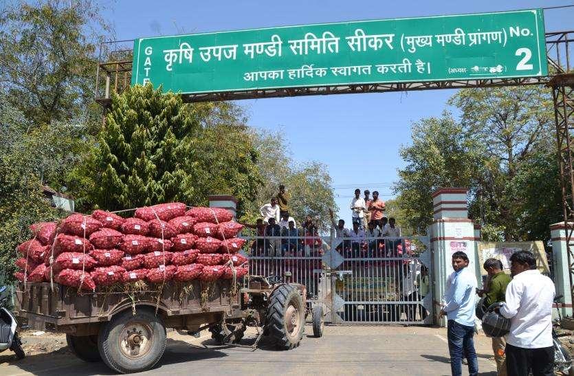 मनमर्जी से खफा किसानों ने लगाया मंडी पर ताला