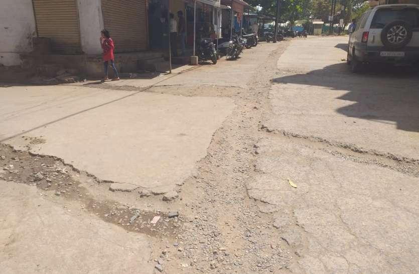 नर्मदा जलावर्धन की बेदर्द खुदाई से ढलानदार सड़क हो गई तबाह