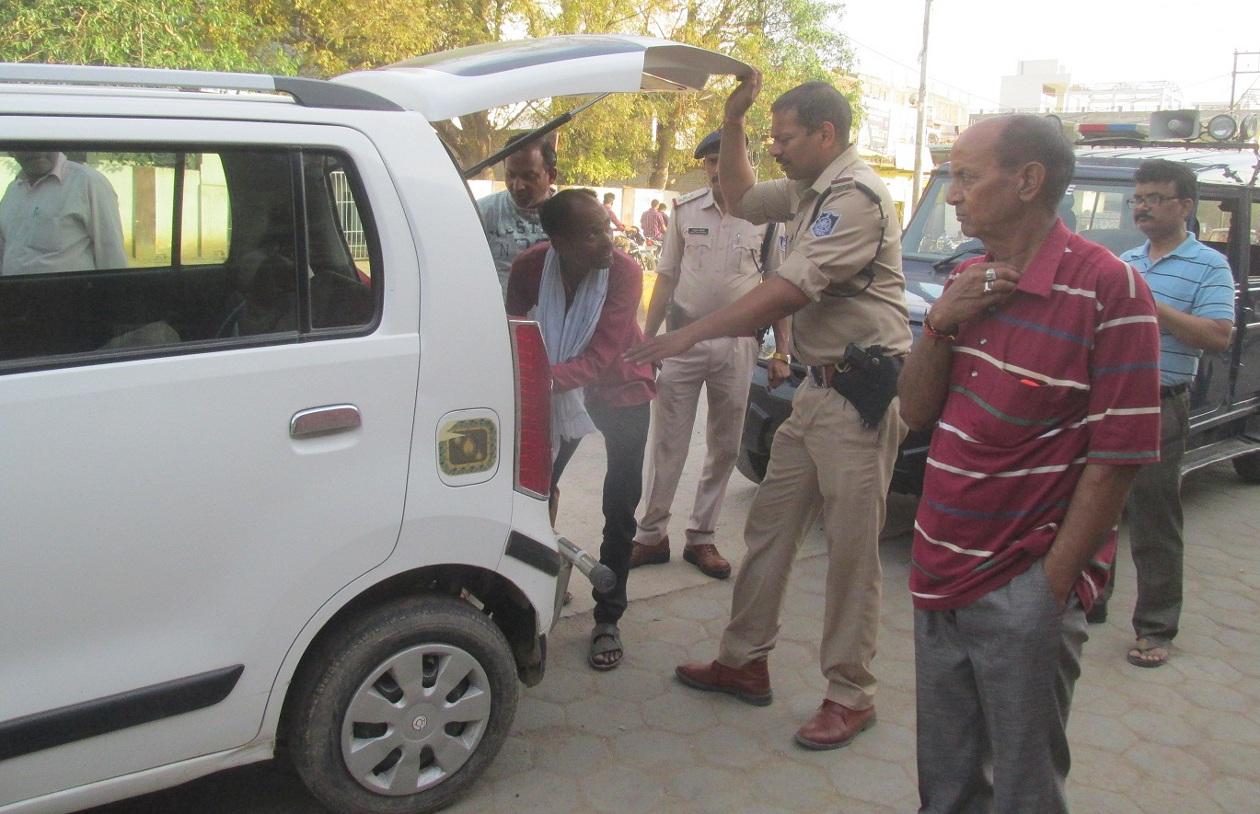 कार पंचर कर, अज्ञात व्यक्ति ले गया कार में रखे छह लाख रुपए