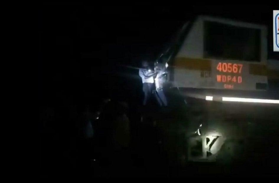 इलेक्ट्रिक तारों में उलझी इंदौर इंटरसिटी, दहशत में रहे यात्री