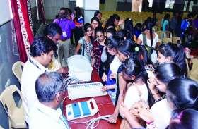 कॉलेज के विद्यार्थियों को सिखाई गई इवीएम प्रयोग विधि