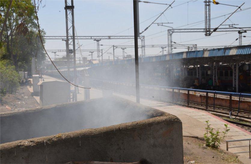 डीआरएम के आदेश की उड़ रही धज्जियां, कचरा डंप में लगाई जा रही आग