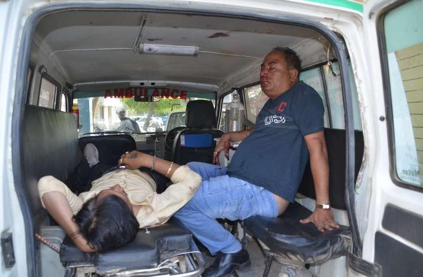 अनियंत्रित कार पुलिया से टकराकर पलटी फिर लग गई आग, दो घायल