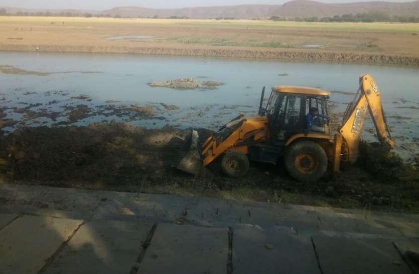 खेतों की सिंचाई से सूख गया था तालाब, मेला नजदीक आते ही सफाई शुरू, अब लौटेंगे अच्छे दिन