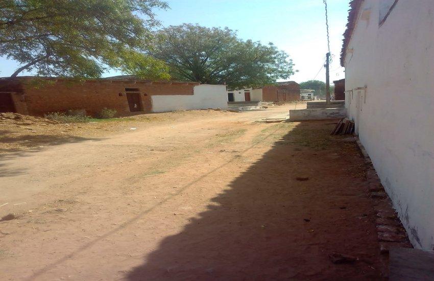 पुलिस से भयभीत है यह पूरा गांव, घरों में ताले डाल दुबके लोग