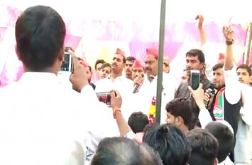 सपा नेता इंद्रजीत सरोज ने मंच से दी धमकी, कहा- गोली चलाने में पीछे नहीं हटेंगे