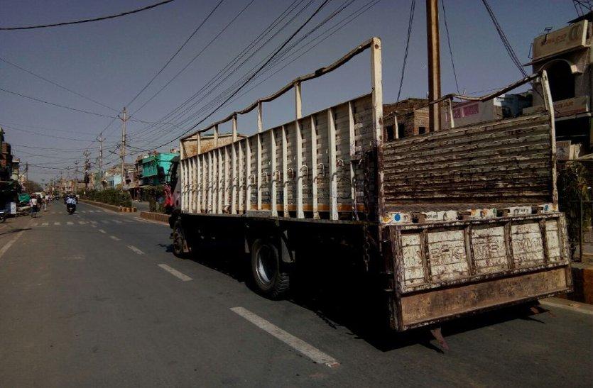 हादसों को न्यौता दे रहे शहर के बीच से निकल रहे भारी वाहन