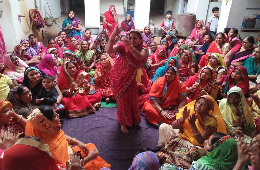 फाग गीतों पर झूमी महिलाएं, होली मिलन समारोह का आयोजन