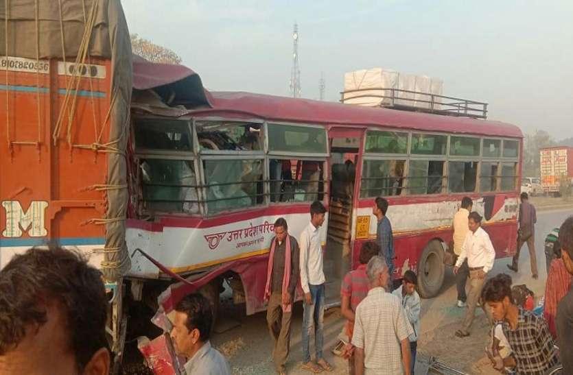 खड़ी ट्रक में घुसी रोडवेज बस, आठ घायल