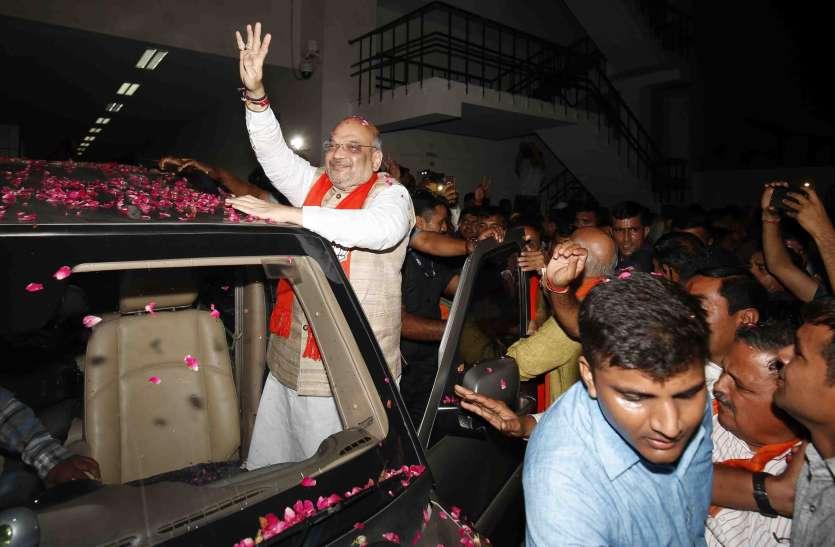 अमित शाह पहुंचे अहमदाबाद, कल भरेंगे पर्चा