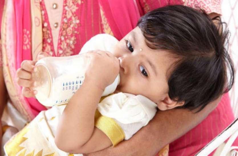 रात में बच्चा दूध की बोतल मुंह में रखकर सोता है तो होगी यह परेशानी