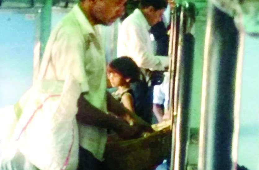 ट्रेन में सिर्फ यात्रियों की चेकिंग, बेचने वालों को छूट...