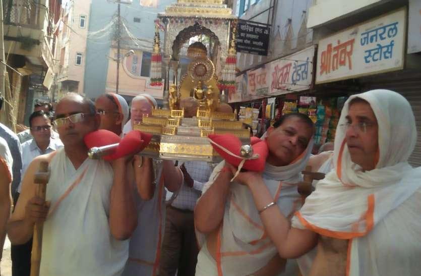 भगवान आदिनाथ के जन्म व तप कल्याणक पर निकली रथयात्रा
