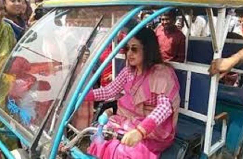 बैलगाड़ी से लेकर ई-रिक्शा तक का इस्तेमाल कर रहे उम्मीदवार