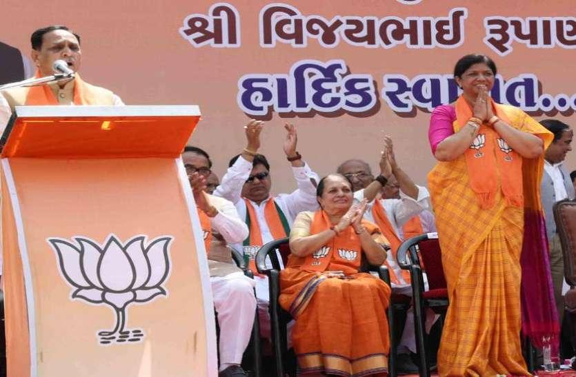 यह चुनाव चौकीदार व चोरों के बीच का है : मुख्यमंत्री