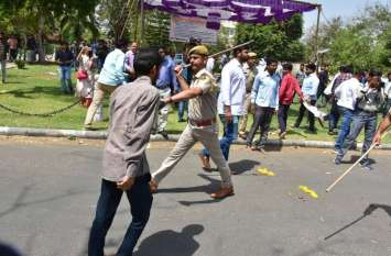 एबीवीपी व एनएसयूआई समर्थित छात्र हुए आमने-सामने, पुलिस ने किया हल्का बल प्रयोग, देखें तस्वीरें ...