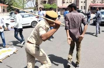 यूनिवर्सिटी में एबीवीपी और एनएसयूआई के कार्यकर्ता उलझे, पुलिस ने लाठीचार्ज कर खदेड़ा