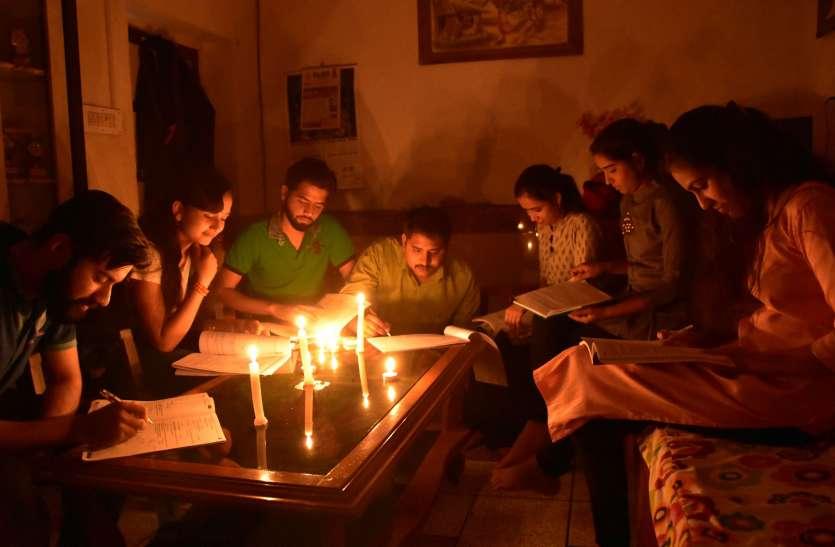 अर्थ आवर डे पर शहर के युवाओं ने एक घंटे कैंडल की रोशनी में की पढाई, देखें वीडियो