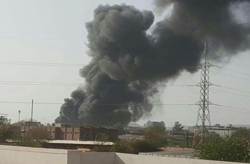 भीषण आग से दूर तक दिखा घना धुआं, देखें तस्वीरें...