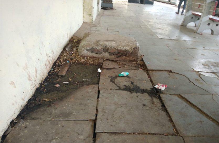 इस स्टेशन के प्लेटफॉर्म पर कई जगहों से गंदा पानी हो रहा लीक, पढ़े खबर