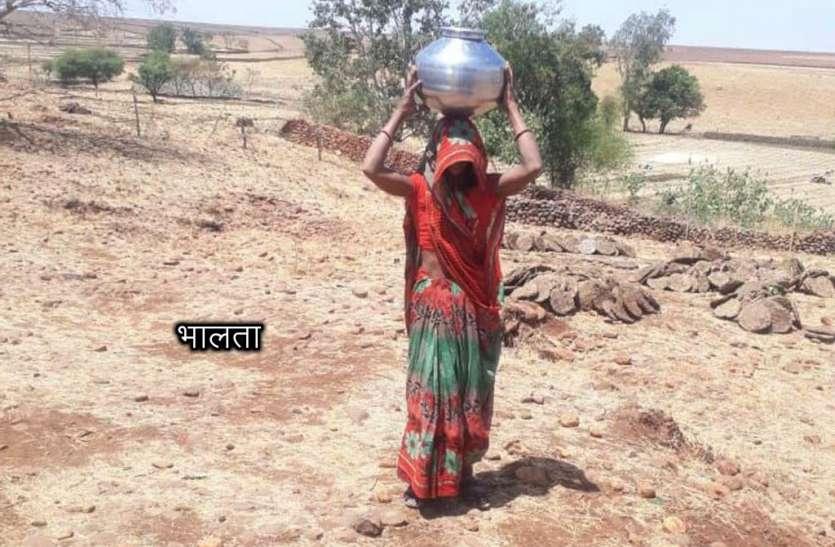धामाखेड़ा का एक मात्र हैंडपंप 3 से खराब, 1 किमी दूर कुएं से पानी खींचकर ला रही महिलाएं