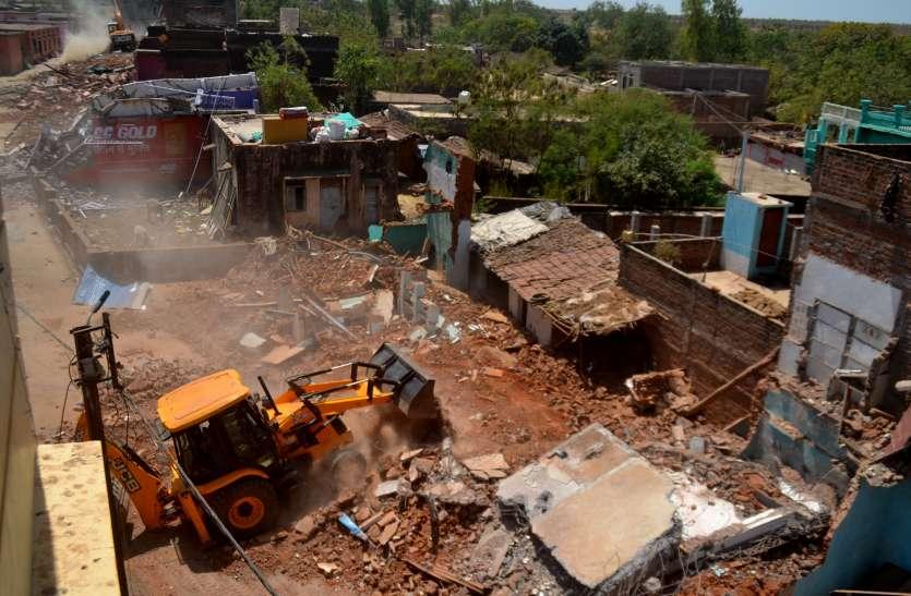 मशीनों से साढ़े चार घंटे में धरासाई हुए 31 मकान, घर खाली करते समय करंट लगने से युवक की मौत