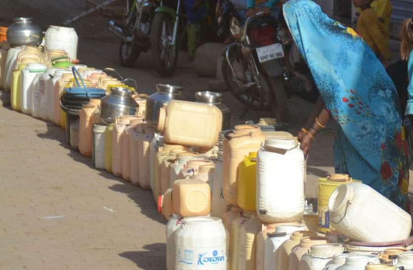 तीन दिन से नहीं हुई पेयजल की सप्लाई, मोहल्ले में हैण्डपंप नहीं तो दूर से ढ़ोकर ला रहे पानी