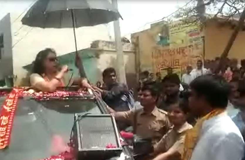 आंखों पर काला चश्मा लगाकर जब हेमामालिनी ने किया रोड शो तो देखते रह बृजवासी, देखें वीडियो