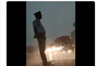 सिर्फ 8 सेकंड के वीडियो ने सोशल मीडिया पर ला दिया तूफान, देखें मूसलाधार बारिश में भी कॉन्स्टेबल ने कैसे की ड्यूटी