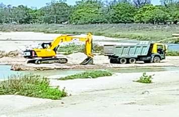 लगातार रेत खदान में पोकलेन मशीन से अवैध खनन, खनिज विभाग खामोश