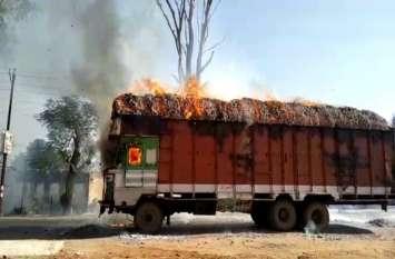 जलती ट्रक को जानपर खेलकर आबादी से बाहर ले भागा ड्राइवर, जानिये किस हाल में ट्रक से निकला