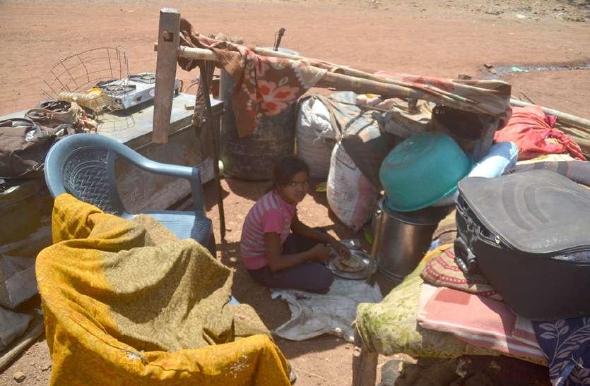 कलेक्टर ने गांव पहुंचकर जाने हालात, बेघर हो चुके इन परिवारों को छात्रावास में ठहराने के दिए निर्देश
