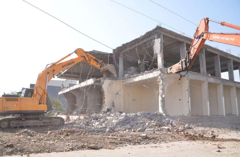 VIDEO मल्टी निर्माण में पार्किंग तक की जगह नहीं छोड़ी, निगम अमले ने तोड़ दिया अवैध हिस्सा
