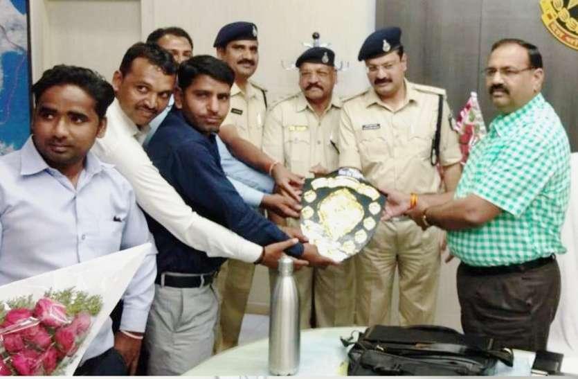 बैंक की ओर से किया गया एसपी सहित पुलिस टीम का सम्मान