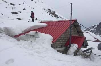 हिमाचल: रोहतांग दर्रे में बर्फबारी जारी, यात्रियों की सहायता के लिए कोकसर में खोली गई बचाव चौकी