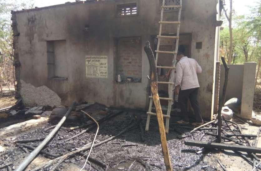 चूल्हे की चिंगारे से धूं-धूं कर जला घर, गरीब परिवार का उजड़ा आशियाना