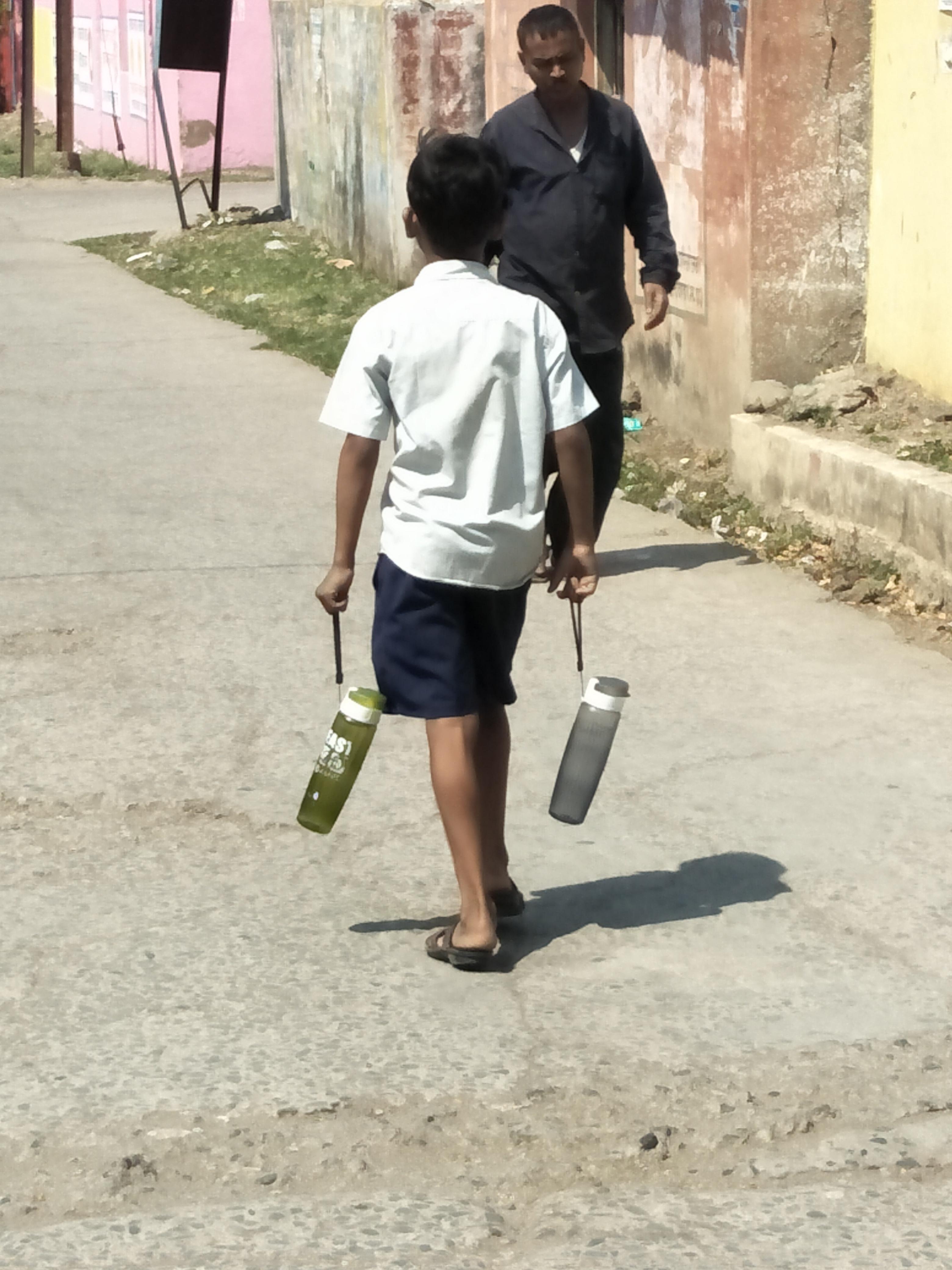 पीने के पानी के लिए भटक रहे विद्यार्थी