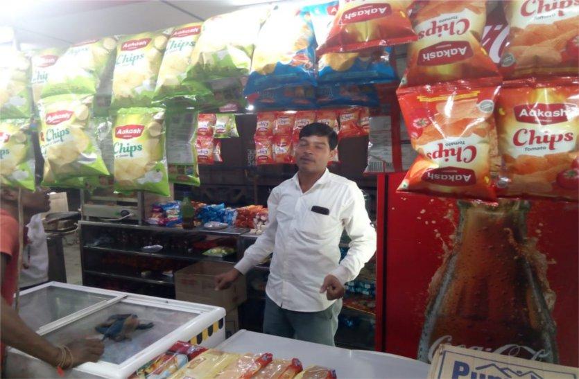 रेलवे अधिकारियों के संरक्षण में प्लेटफॉर्म पर बिक रही खराब खाद्य सामग्री