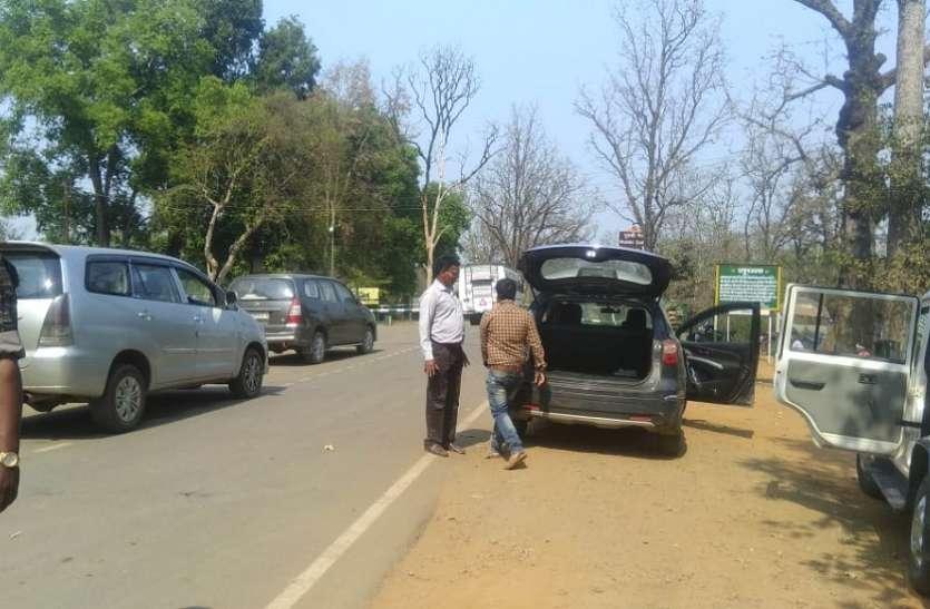 एफएसटी, स्थैतिक निगरानी टीमों द्वारा की जा रही वाहनों की जांच