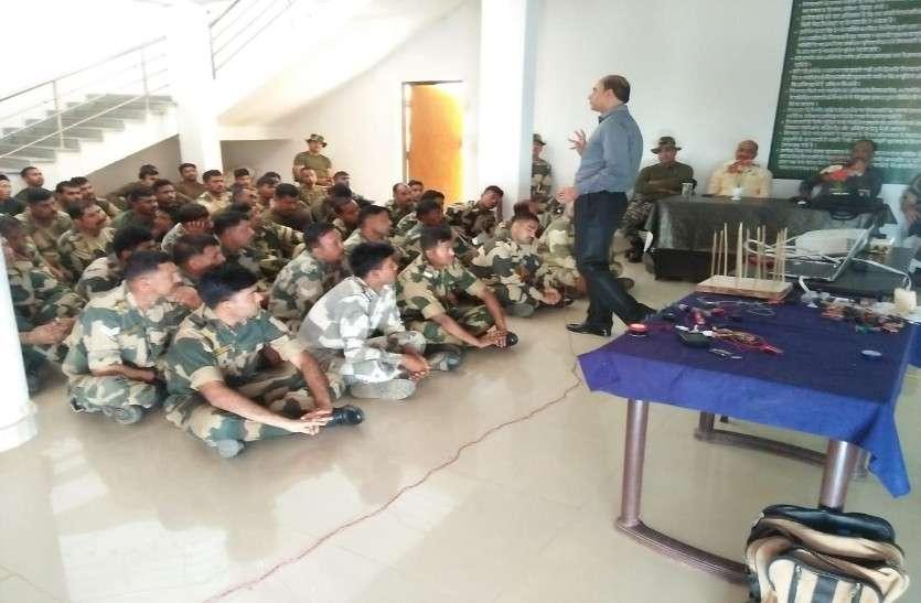 दूसरे राज्यों से चुनाव ड्यूटी पर आए सैनिकों को नक्सलियों व IED ब्लास्ट से निपटने की दी गई ट्रेनिंग
